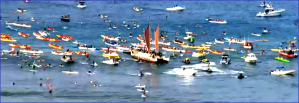 Hokulea-traffic-jam-on-wate